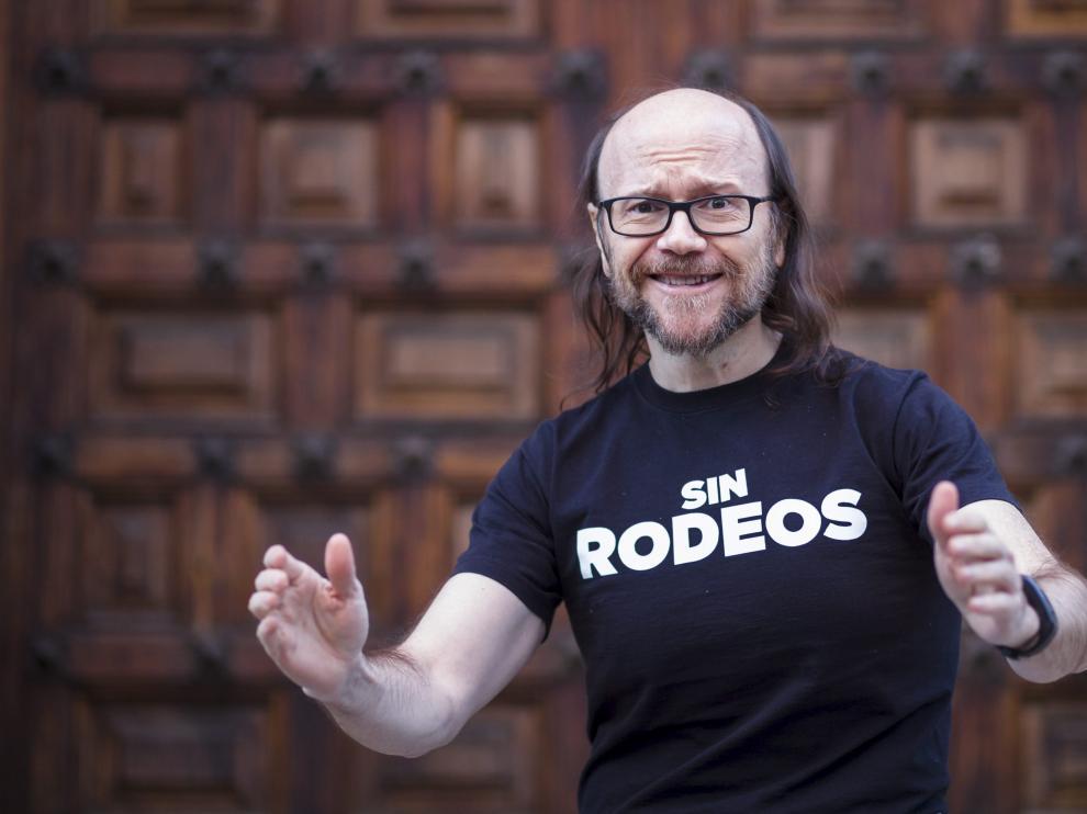 El director madrileño Santiago Segura, esta tarde, en la puerta del Paraninfo de la Universidad de Zaragoza.