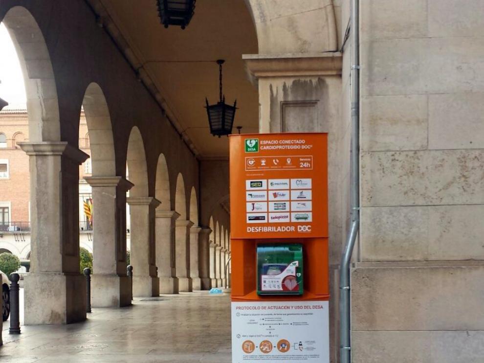 Desfibrilador instalado en la plaza de San Juan de Teruel para uso público.