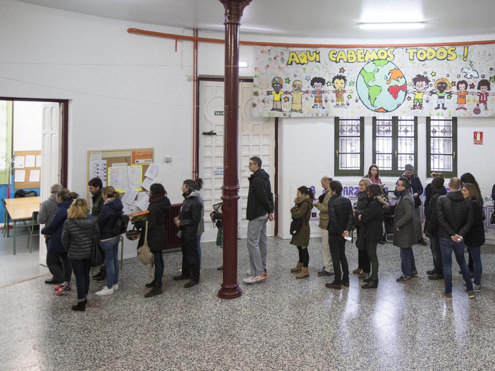 Fila de padres para votar, este martes, a primera hora de la mañana en el colegio Gascón y Marín de Zaragoza, donde no se  aprobó la jornada continua
