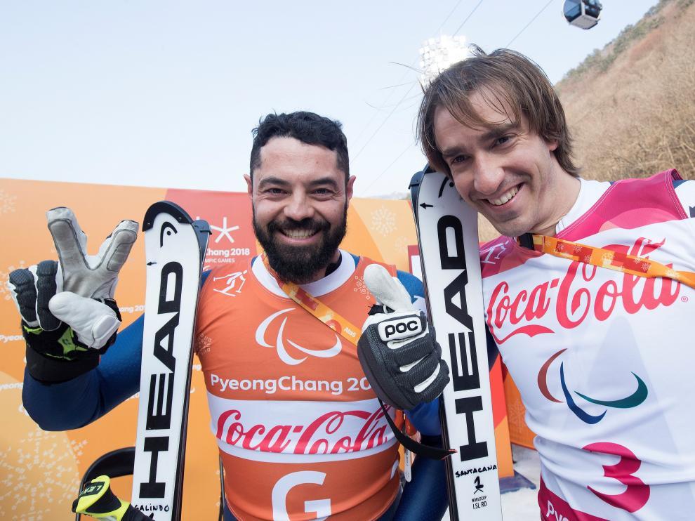 Miguel Galindo y Jon Santacana, tras conquistar la medalla de plata.