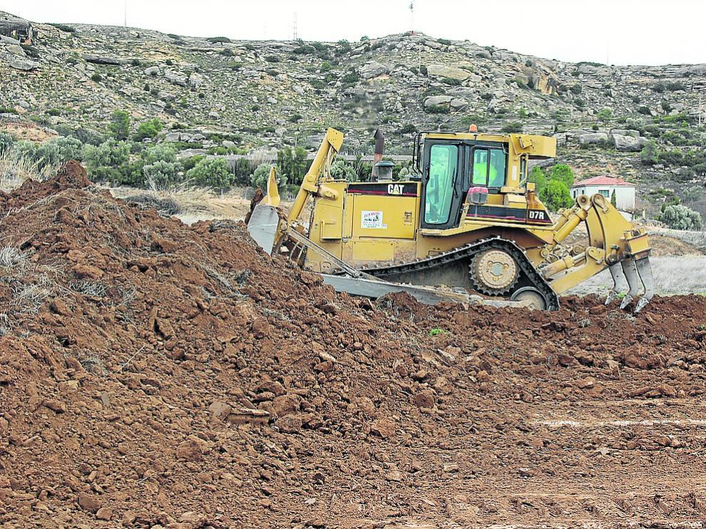 Una máquina excavadora, trabajando en los terrenos donde se ubicará el hospital