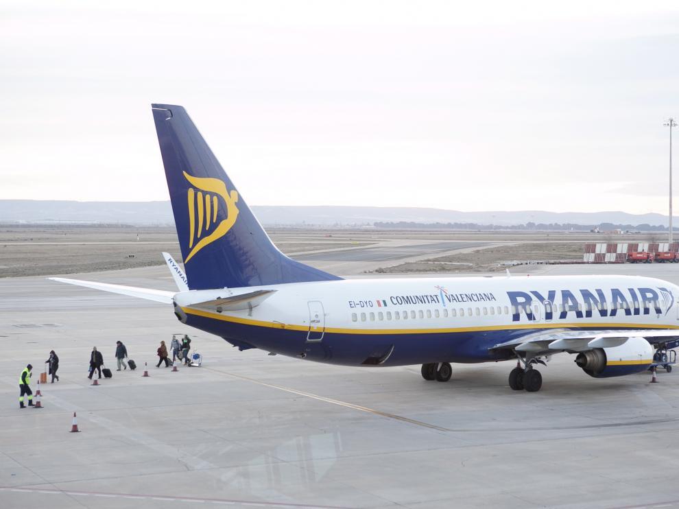 Un avión de la compañía Ryanair, en la plataforma del aeropuerto de Zaragoza.