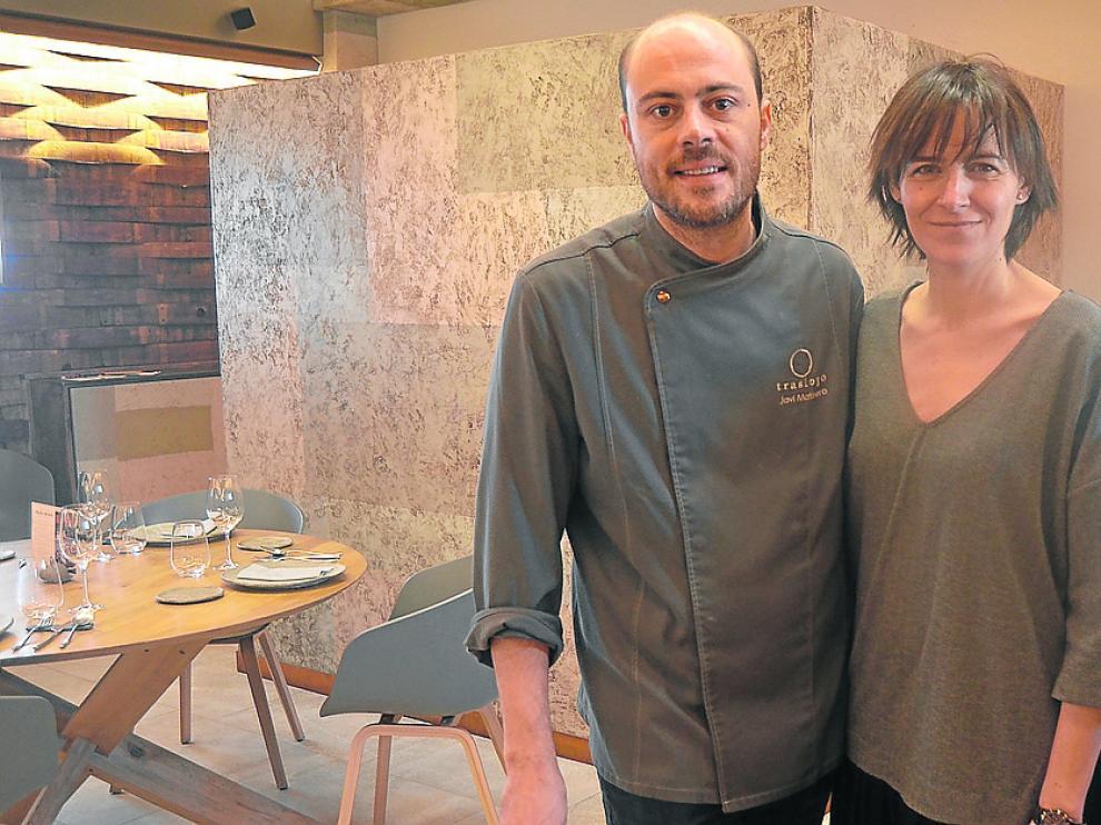Javier Matinero, chef, y Natalia Gracia, experta en vinos, en el nuevo local del Trasiego.