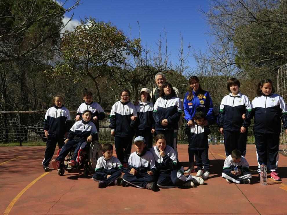 Los alumnos de Atades, este jueves con su presidente Jesús Soto y la atleta Isabel Macías