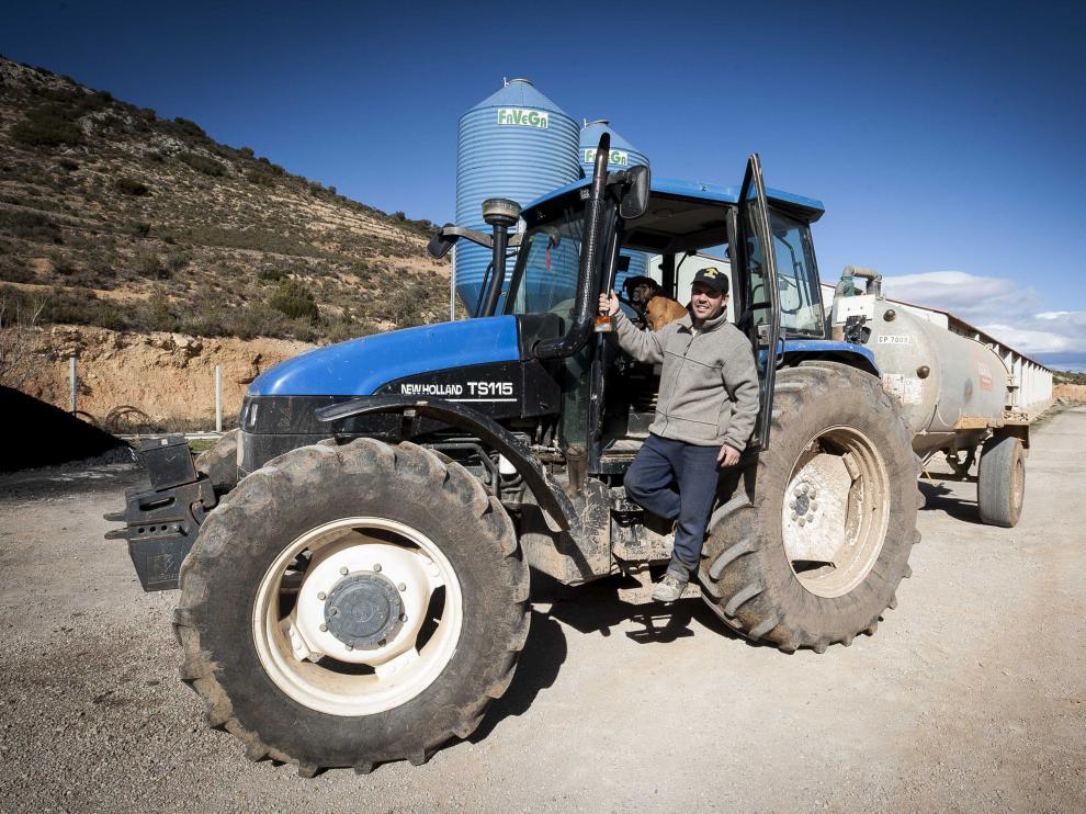 El ganadero y agricultor Alejandro Latorre sonríe ante el afán conductor de su perro. laura uranga