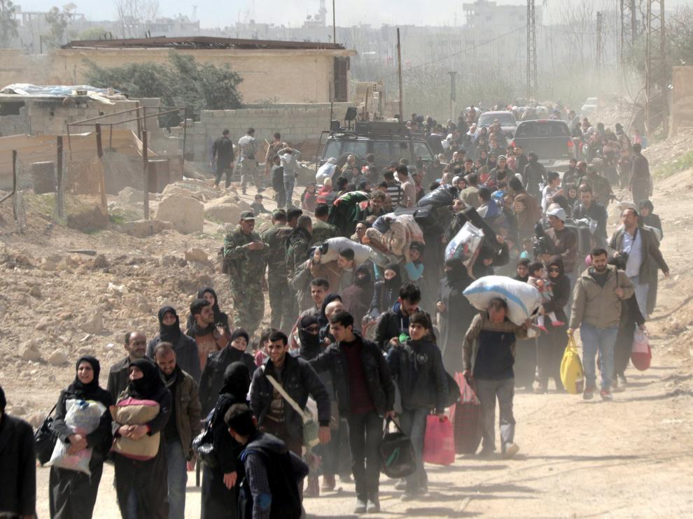 Cientos de civiles abandonan Guta Oriental para huir de la guerra que se vive en esta zona de Siria