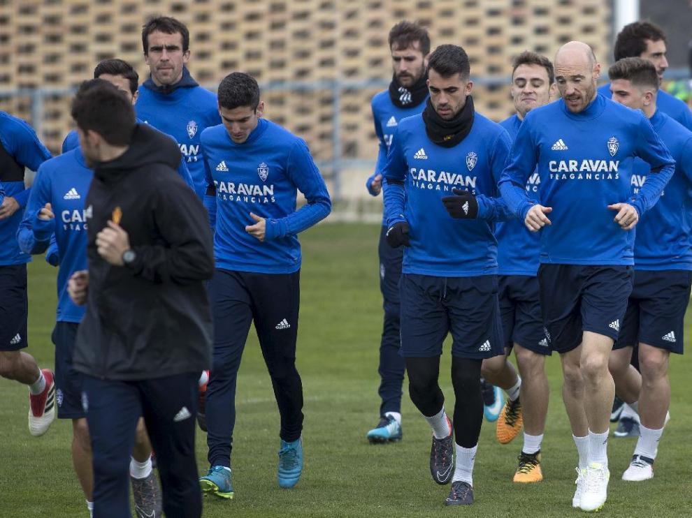 Parte del equipo del Real Zaragoza, al inicio del entrenamiento de este viernes.