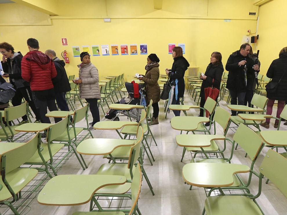 Votación por la jornada continua en el colegio Juan XXIII de Huesca el pasado martes