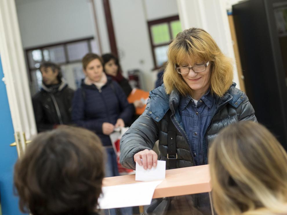Una madre vota en el colegio Gascón y Marín, del centro de Zaragoza, el pasado martes