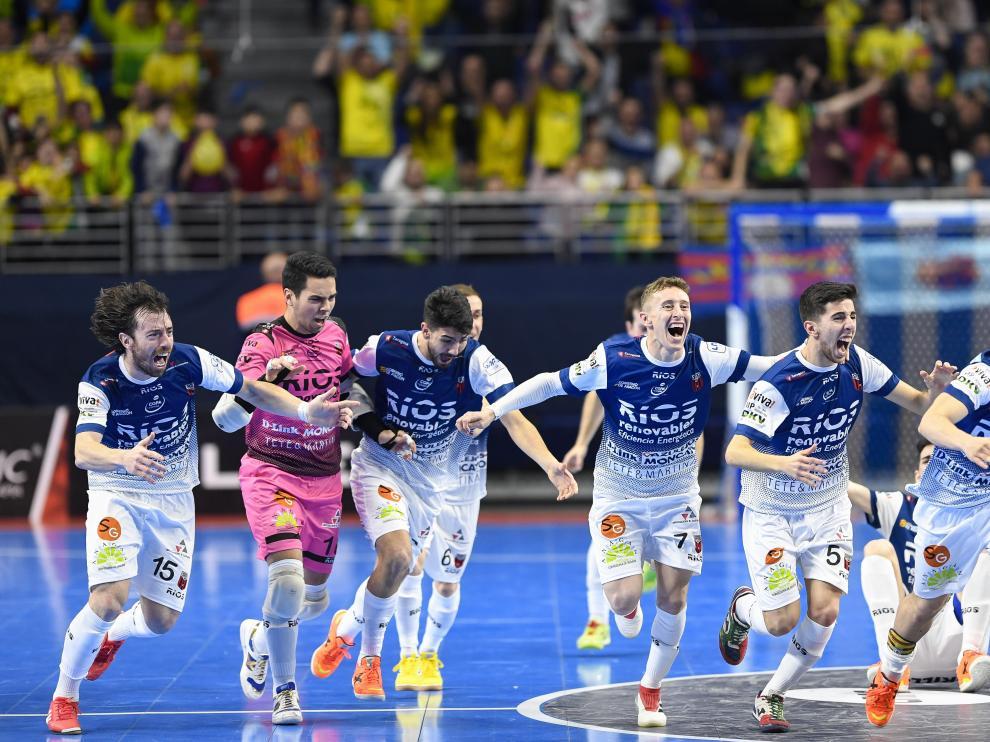 Los jugadores del Ríos celebran la gesta ante el Barça