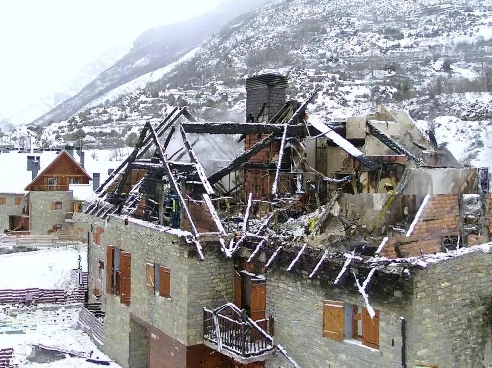 El incendio provocado por una chimenea en Benasque el 9 de febrero calcinó 5 apartamentos.