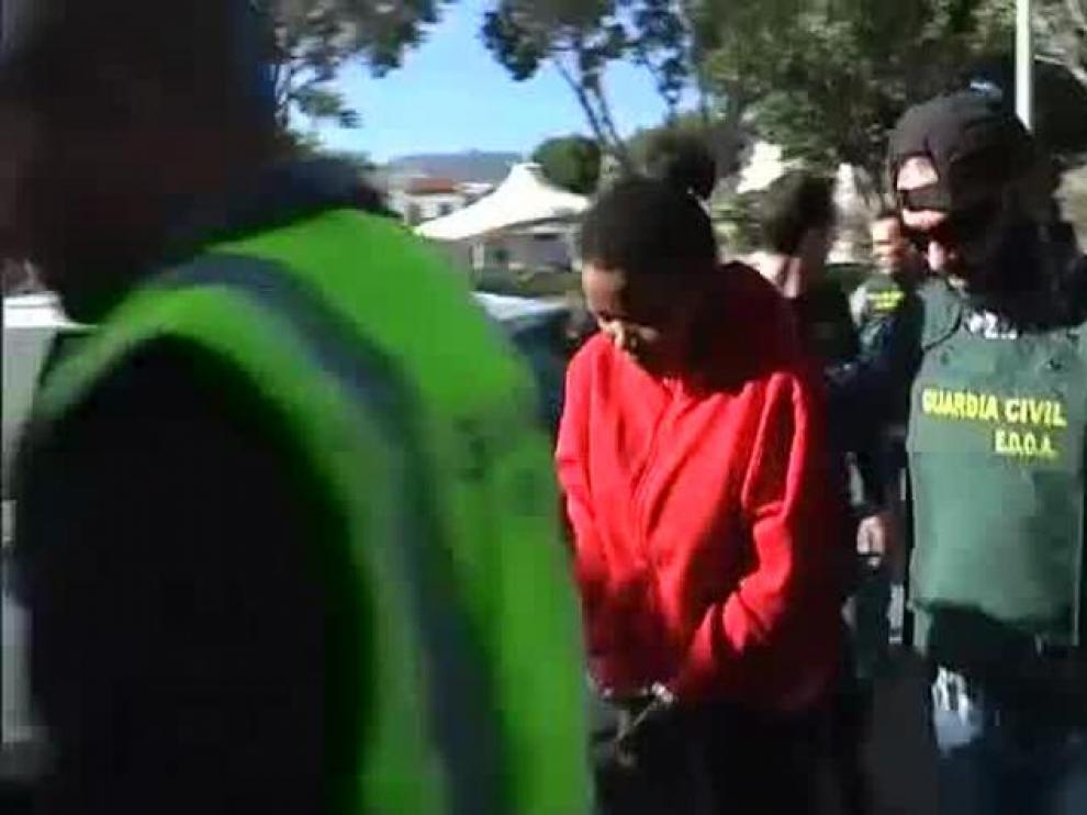 Ana Julia con un agente de la Guardia Civil