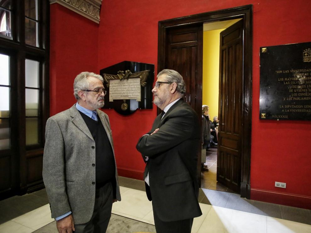 El catedrático Julio Montoya y el rector de la Universidad de Zaragoza, José Antonio Mayoral, a la entrada de la capilla ardiente