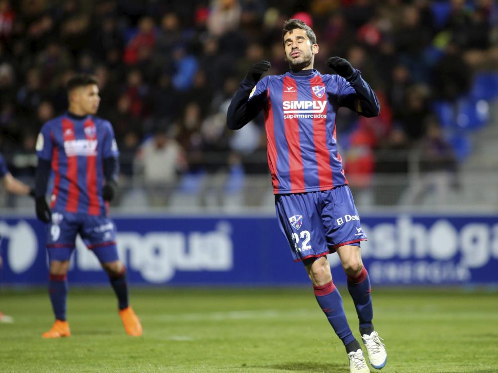 El centrocampista Lluís Sastre se lamenta durante el Huesca-Sporting de este lunes que supuso la primera derrota del curso en El Alcoraz.