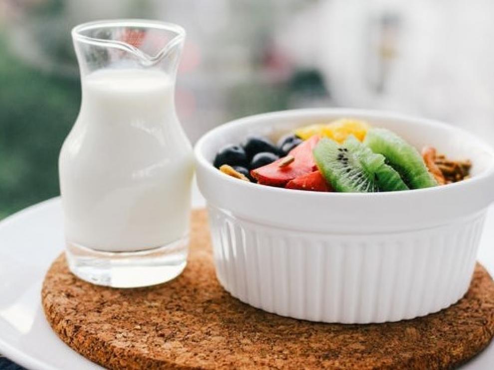 Una pieza de fruta es una merienda ideal para combatir los días más calurosos.
