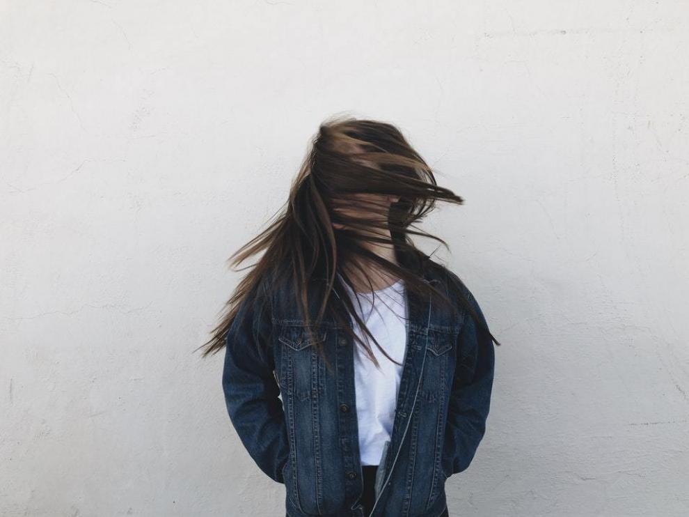 Dedicar tiempo al aclarado es una de las claves para mantener limpio el cabello.
