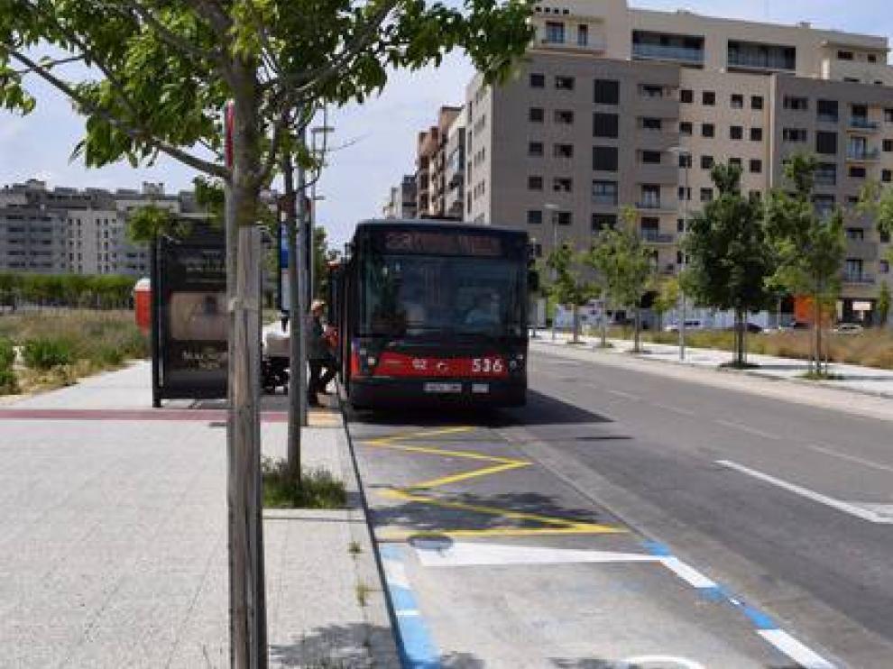Imagen de archivo de un autobús de la línea 23, en una parada en Parque Venecia