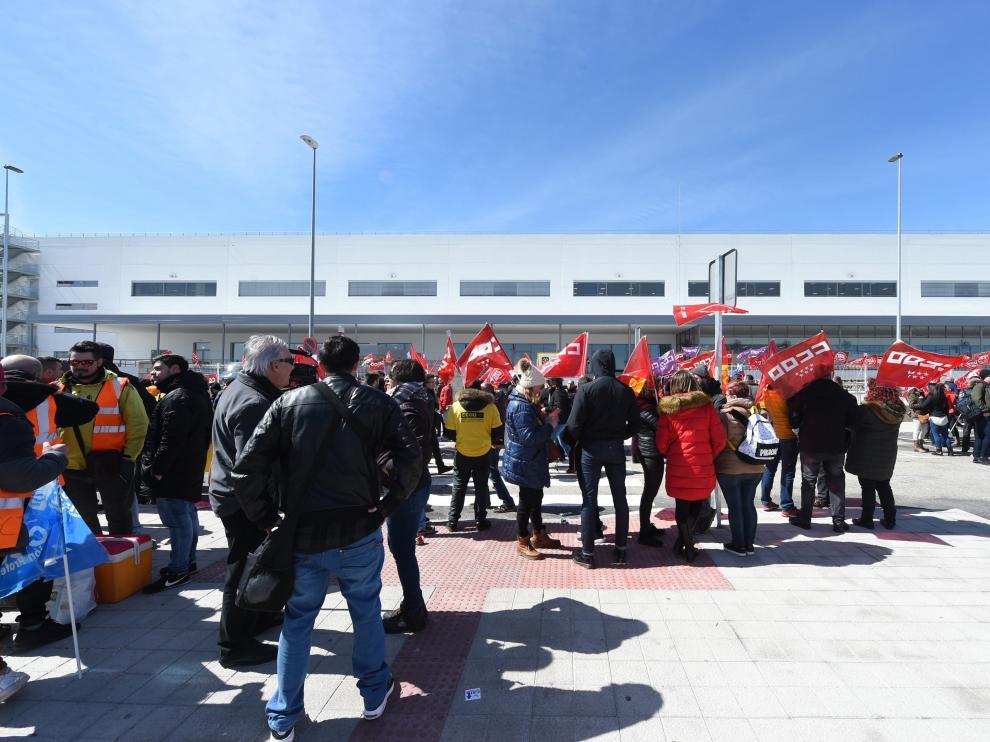 Trabajadores de Amazon frente a la sede madrileña durante su jornada de huelga
