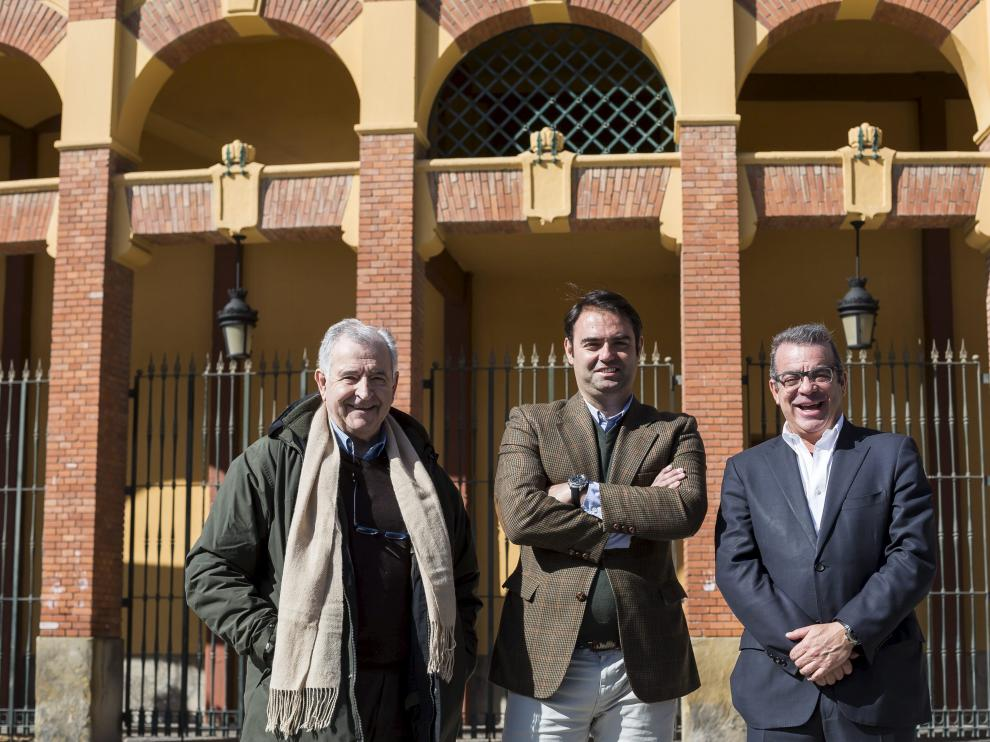 Julio Fontecha, Carlos Zúñiga y Jesús Mena, en el exterior de la plaza de toros de Zaragoza.