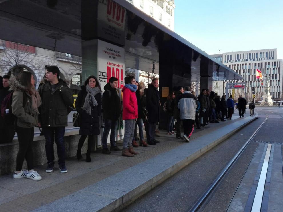 Esperas en la parada del tranvía durante la huelga.