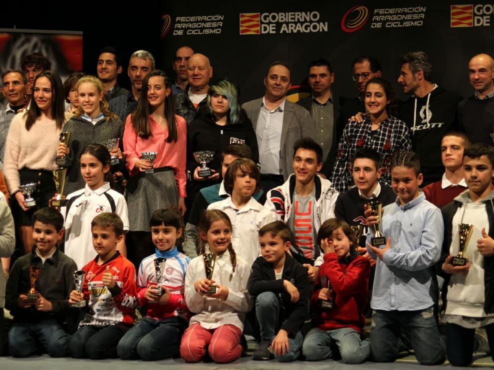 Los premiados en la IX Gala del Ciclismo Aragonés posan con sus trofeos.
