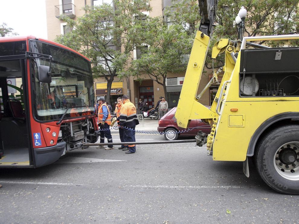 Un autobús, remolcado al sufrir una avería en una fotografía de archivo.