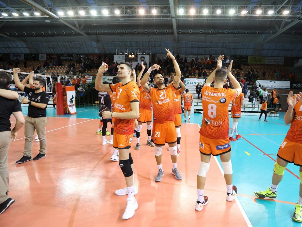 Los jugadores del CV Teruel dedican el triunfo a la grada