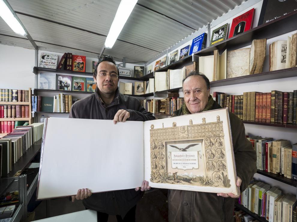 Octavio de Diego y su padre, José María, con el libro 'Antigüedades peruanas', una joya de arqueología que se vende por 4.900 euros.