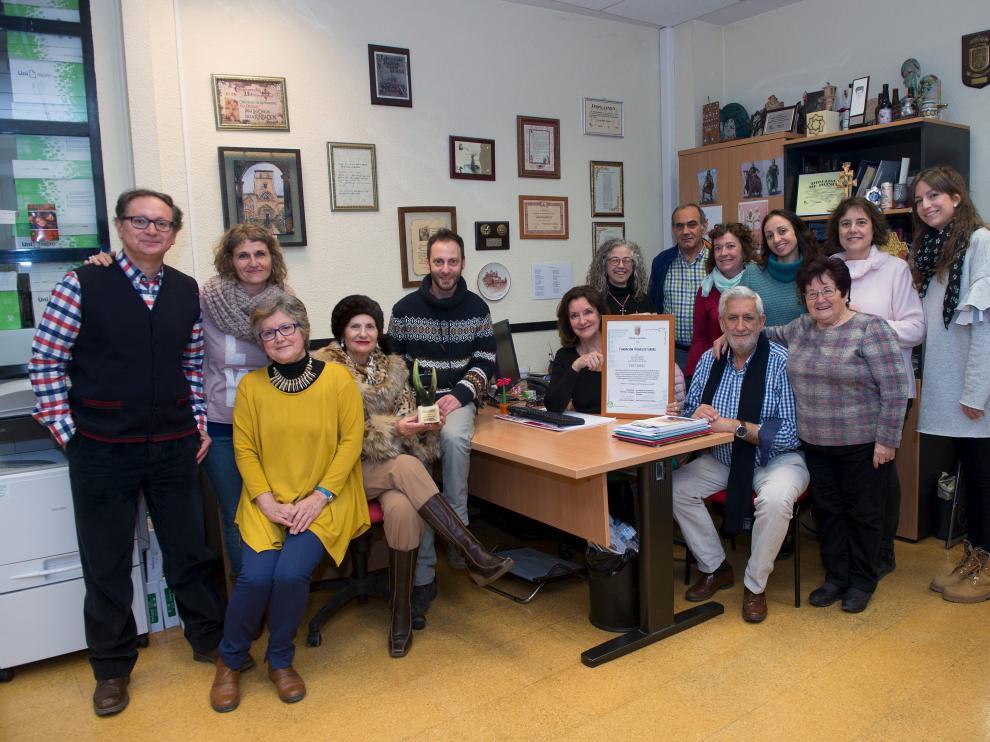 Un grupo de voluntarios de la Fundación Bodas de Isabel posa con el premio recibido del Gobierno aragonés