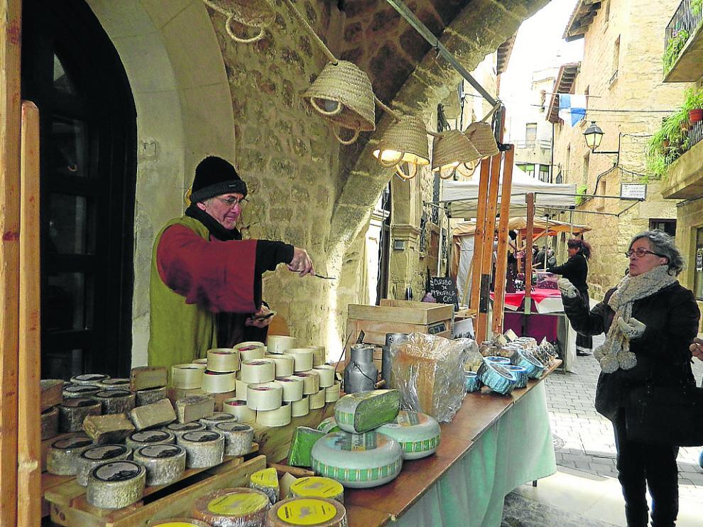 Un puesto de quesos artesanos en el casco histórico de Cretas este fin de semana.