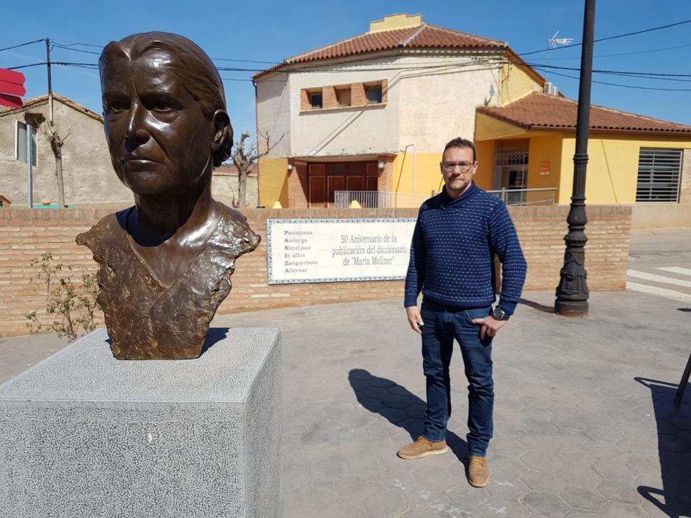 El alcalde, José Manuel Cebrián, en la glorieta dedicada a María Moliner, natural de Paniza.