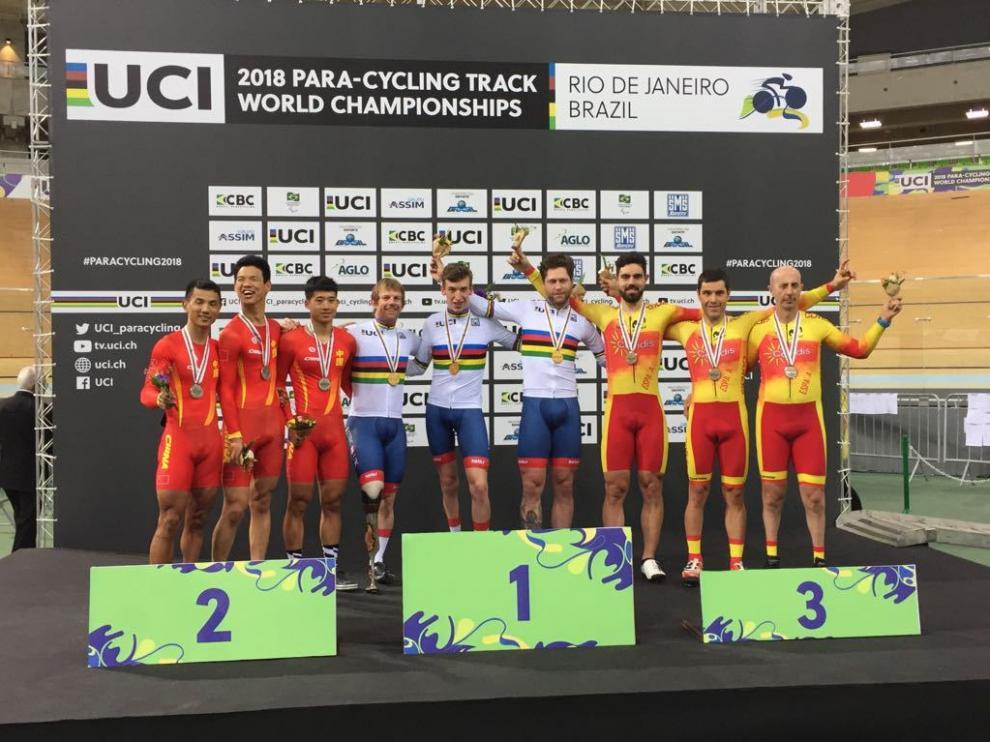 El equipo español, con Santas (segundo por la derecha), en el podio mundialista.
