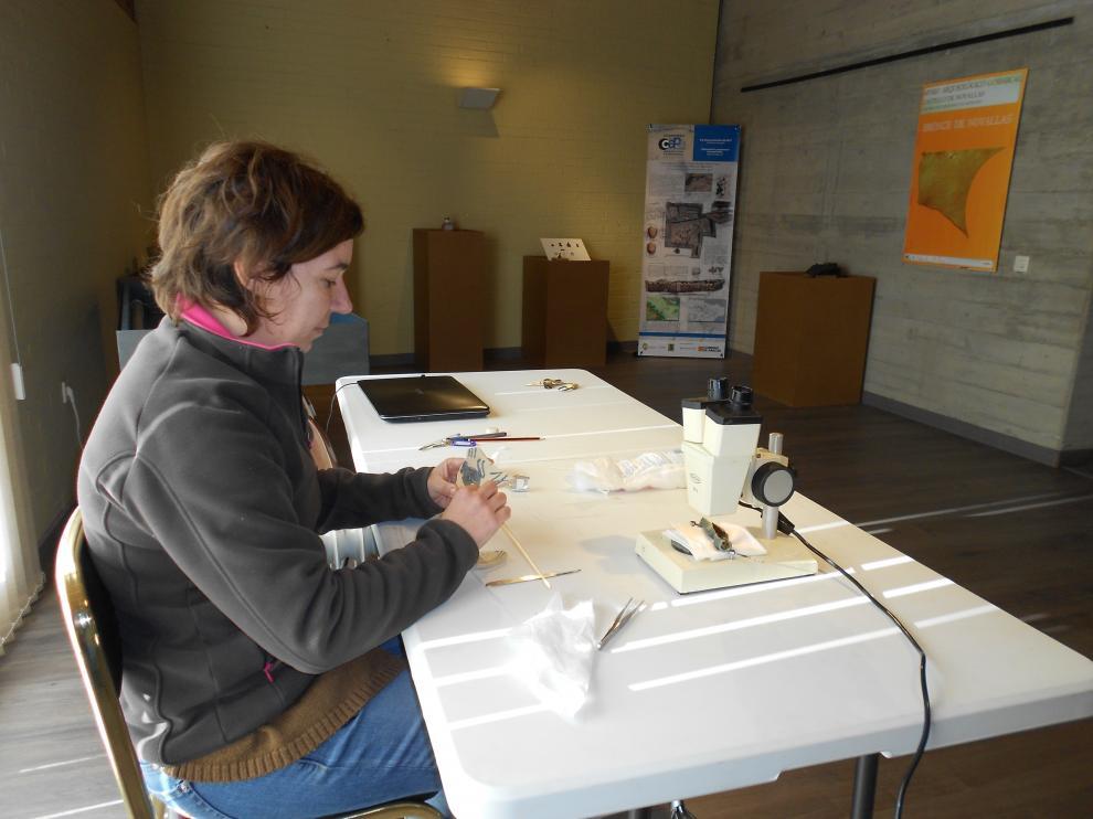 Silvia Pérez trabaja en la limpieza de piezas arqueológicas.
