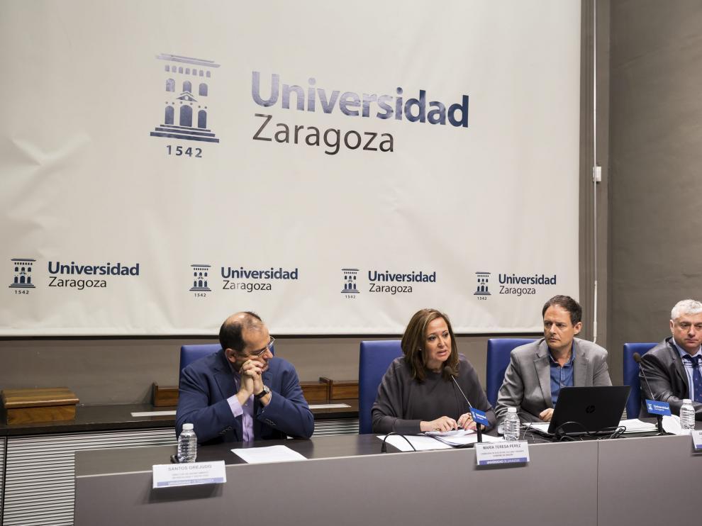 Santos Orejudo (director del Departamento de Psicología y Sociología), Mayte Pérez (consejera de Educación), Toni Martínez (director general de Innovación) y Julio Latorre (decano de la Facultad de Educación), en la presentación del estudio este lunes