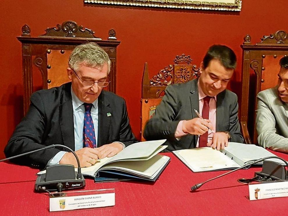 El consejero aragonés, Joaquín Olona (izda.), y su homólogo en Castilla-La Mancha, Francisco Martínez Arroyo, en la firma del protocolo.