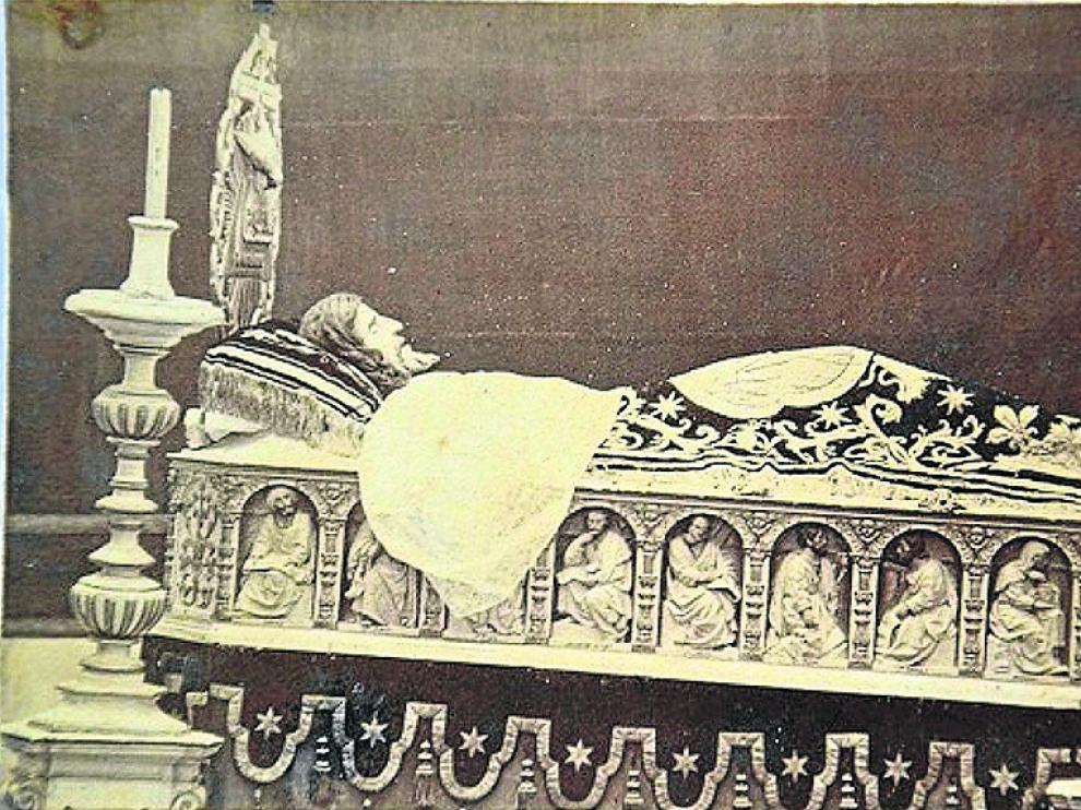 La imagen es de la segunda mitad del siglo XIX a juzgar por detalles como la colcha  o el escudo de la Sangre de Cristo.
