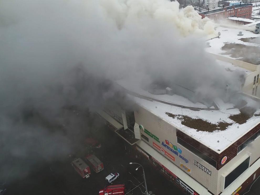 Foto aérea del centro comercial incendiado en Kemerovo