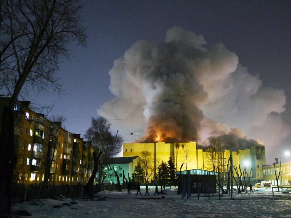El incendio arrasó el centro comercial en Kémerovo