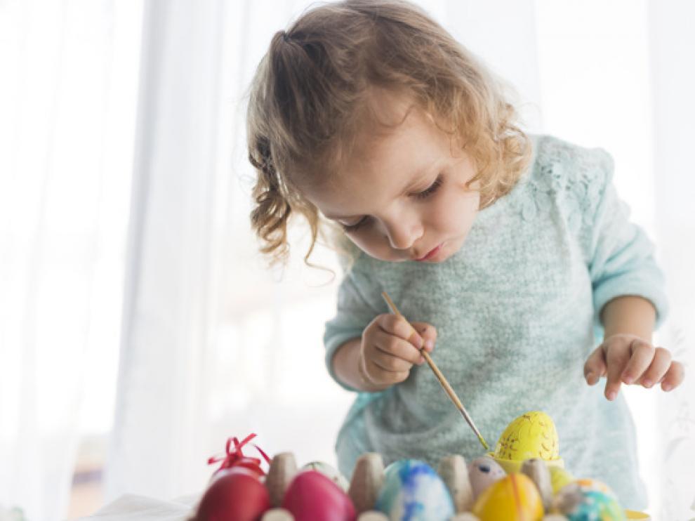 Ikea Puerto Venecia celebra varios talleres para que los más pequeños decoren huevos de Pascua.