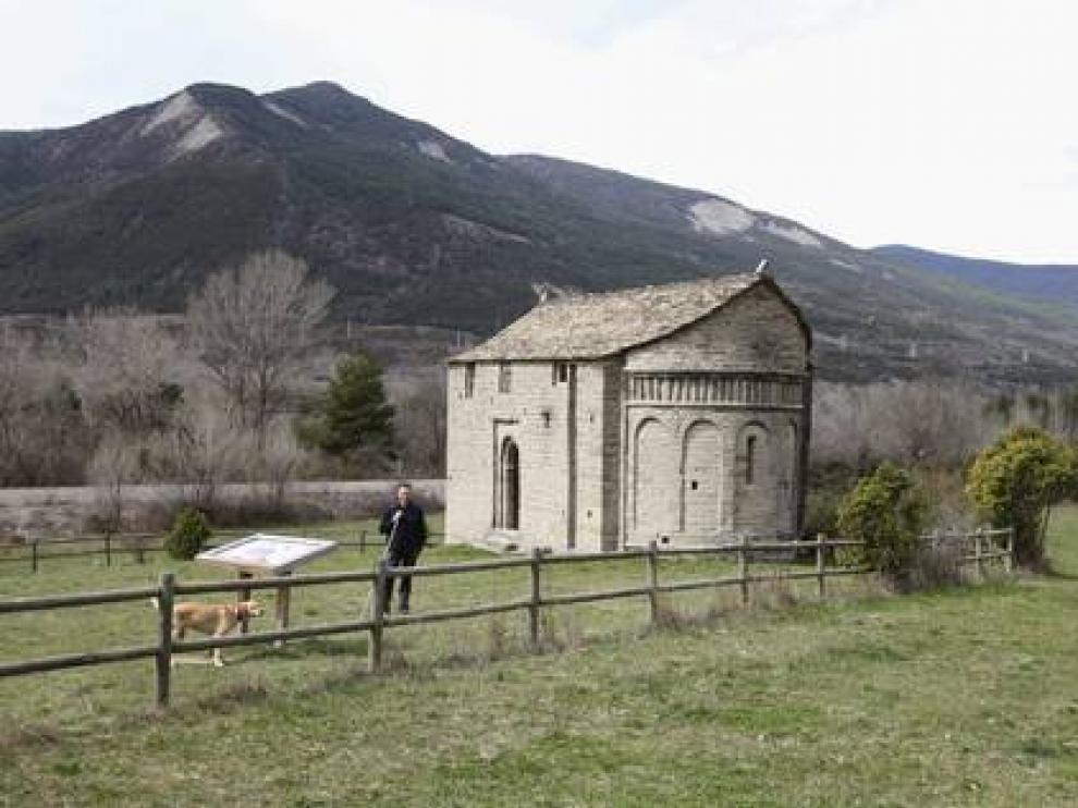 La iglesia de San Juan de Busa se sitúa sobre una pradera de camino a Oliván.