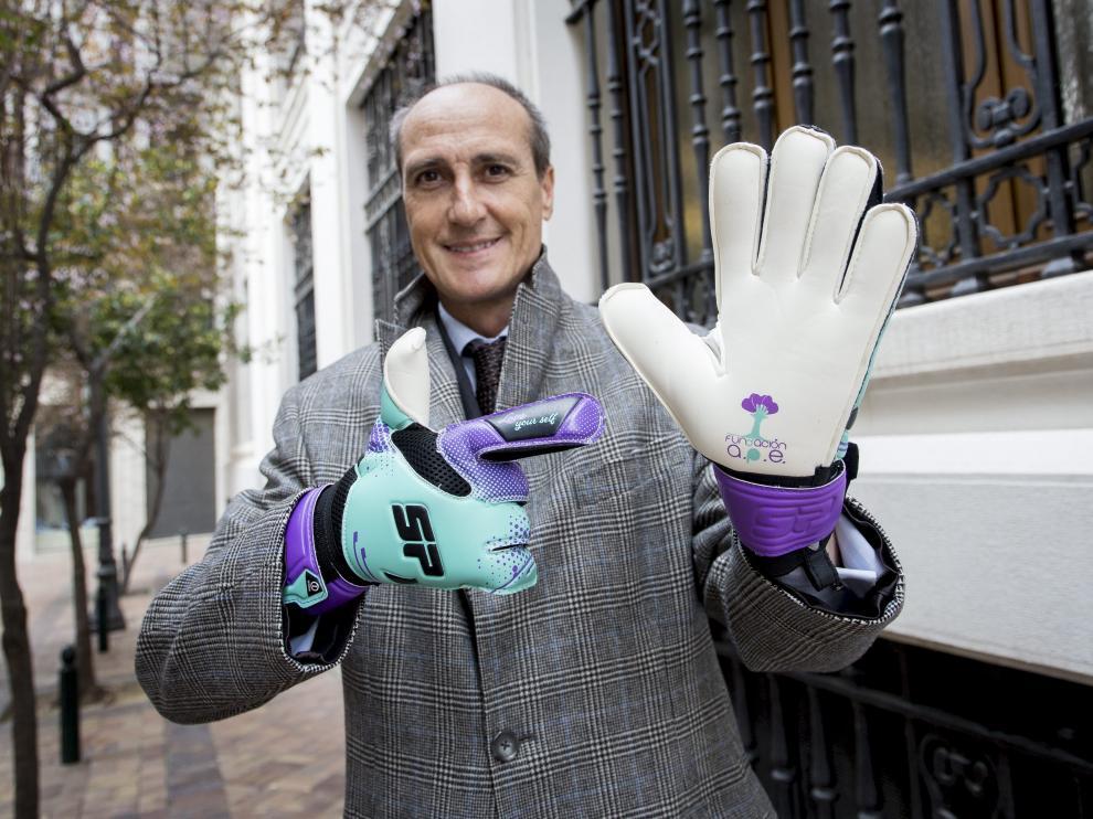 Carlos Peralta, patrono fundador de la Fundación APE, posa con los guantes de la iniciativa