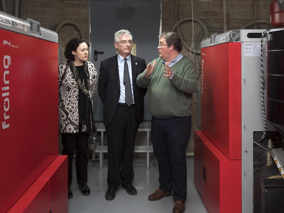 Carlos Martínez muestra al consejero Olona las calderas de biomasa instaladas en DKV