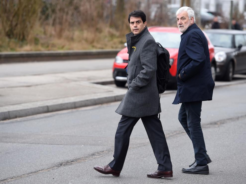Josep Maria Matamala de camino a la prisión de Neumuenster, junto a Marc Castells