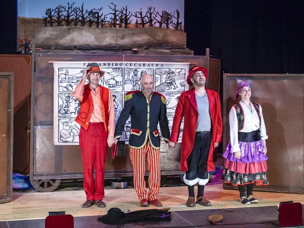 Los Titiriteros de Binéfar durante la representación de El Bandido Cucaracha.