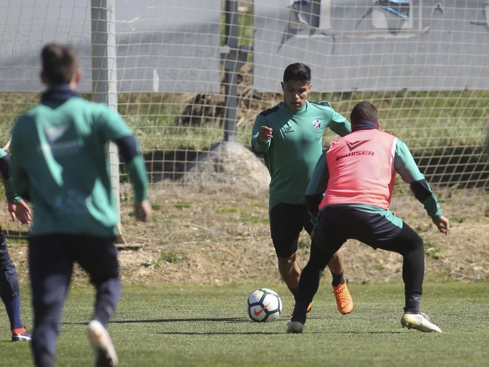 El delantero Cucho Hernández –en el centro de la foto en un entrenamiento– volverá a ser la gran referencia ofensiva del Huesca.