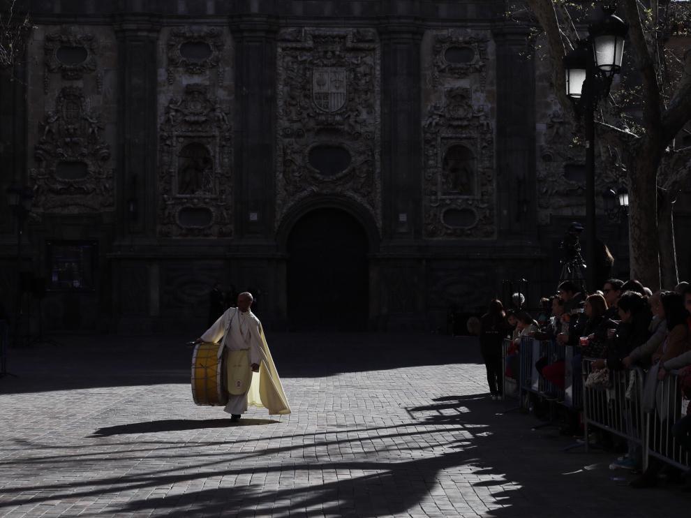 La plaza del Justicia se queda pequeña para acoger a todas las cofradías que procesionan.