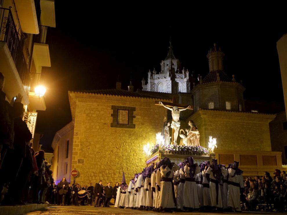 El Cristo del Amor llega a la plaza de la Marquesa llevado a hombros por cofrades.