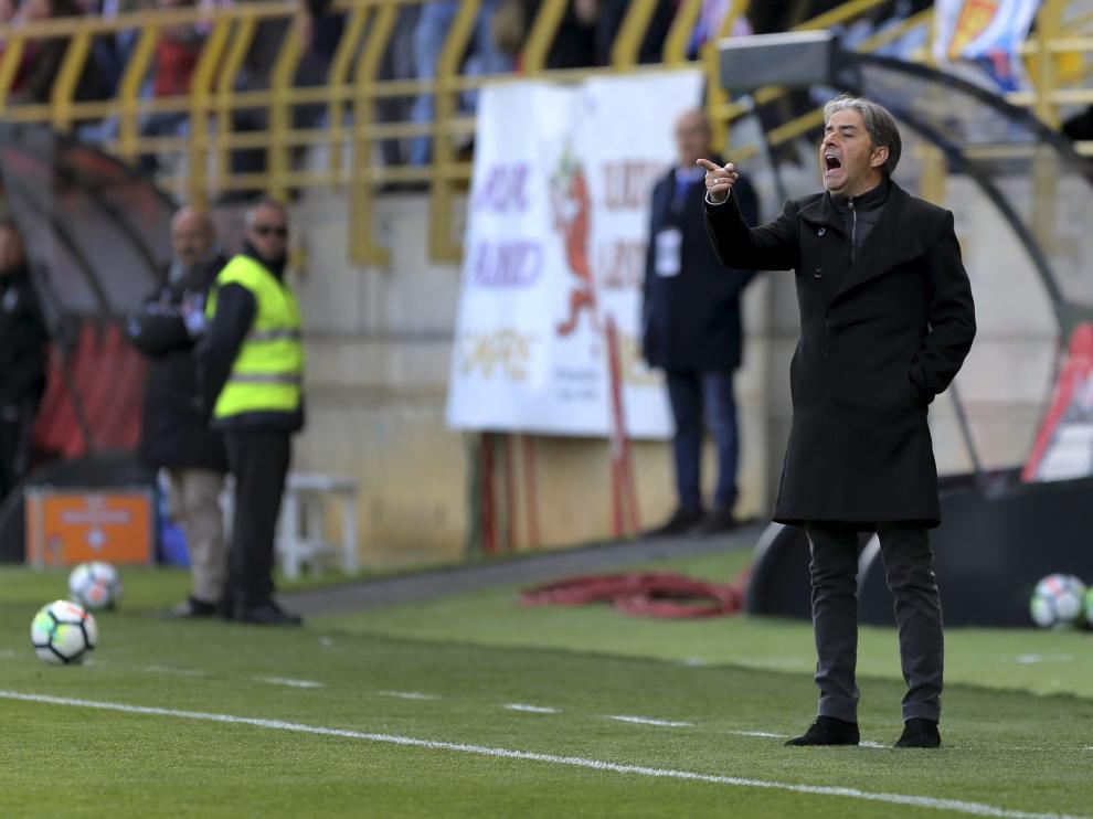 Natxo González da instrucciones al equipo en la banda del Reino de León.