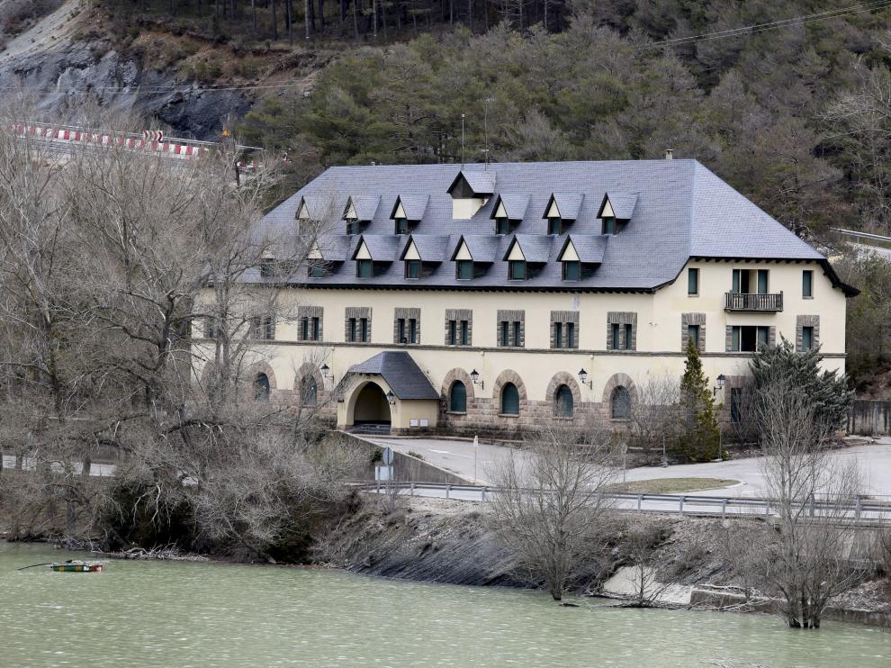 El edificio está situado entre la autovía y el embalse de Arguis.