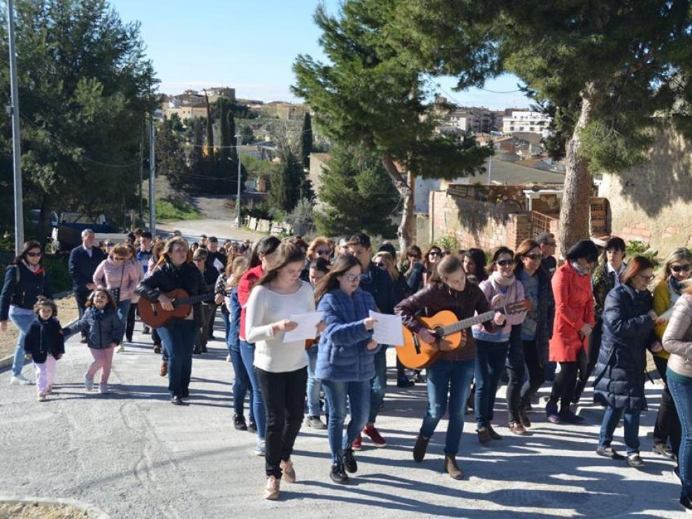 La celebración del viacrucis de los jóvenes de la localidad de las Cinco Villas.